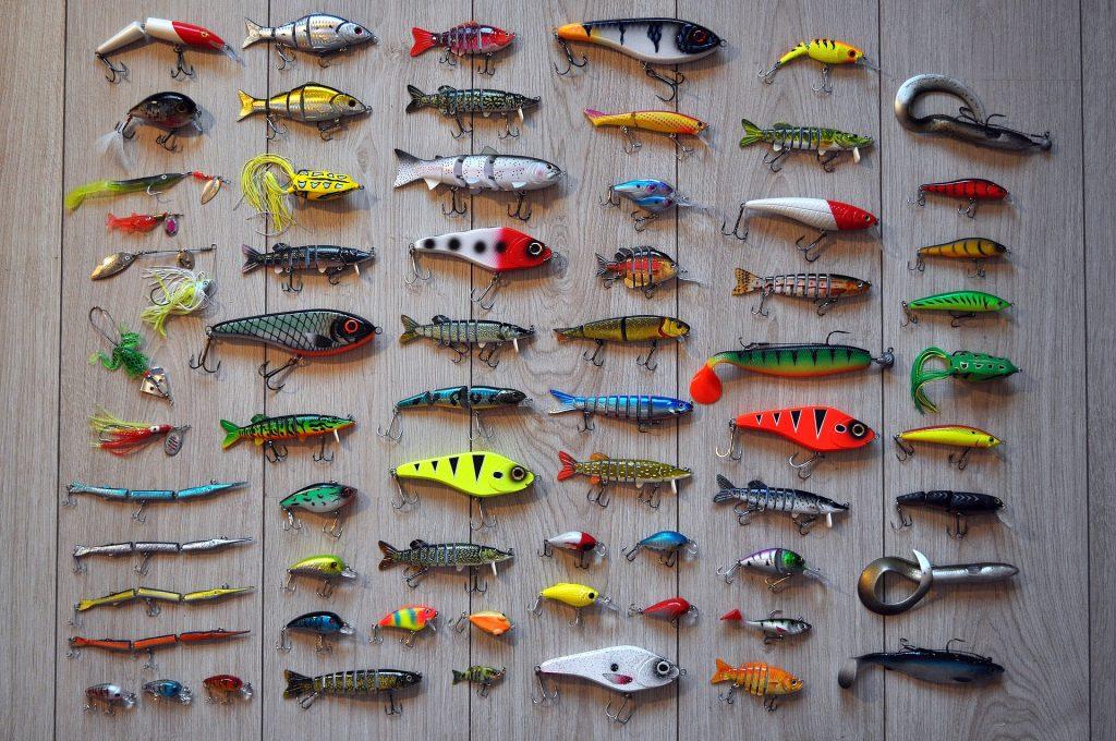 Señuelos de colores para pesca deportiva