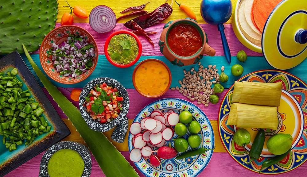 Comida mexicana sobre una mesa