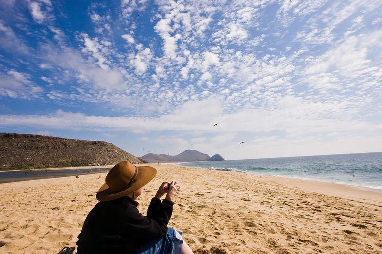persona en la playa de todos santos baja california