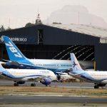 Hangar con aviones en aeropuerto