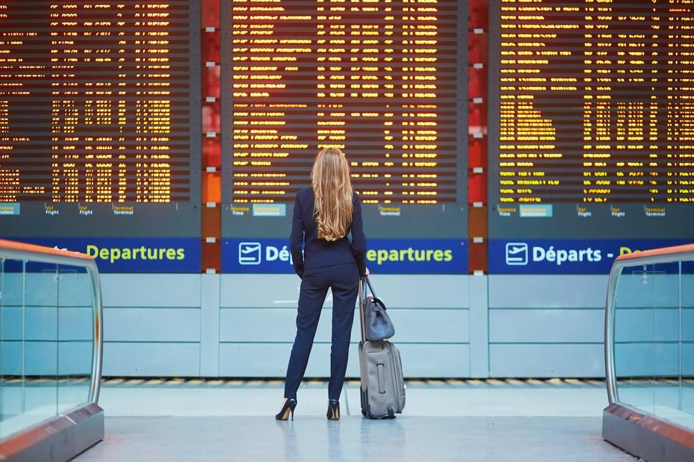 Chica eligiendo viaje