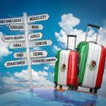 Maletas con imagenes de la bandera de mexico y varias señales a lugares turisticos