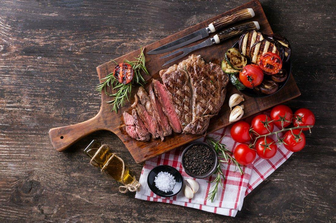 Cortes de carne en una tabla