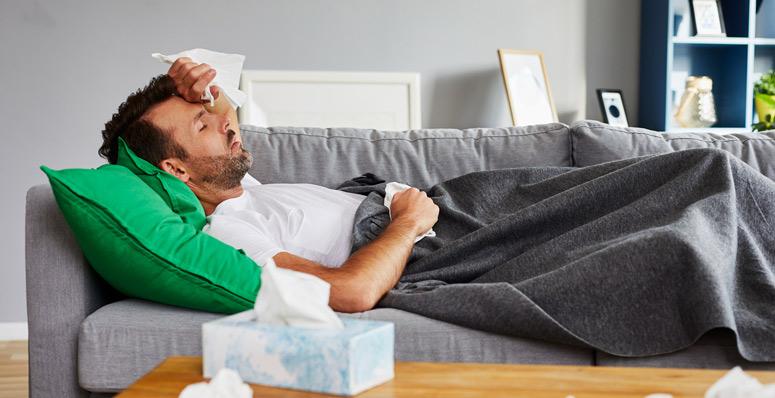 hombre con síntomas de gripe
