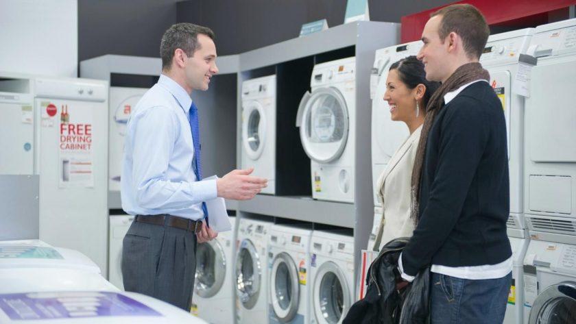 pareja comprando nuevos electrodomésticos