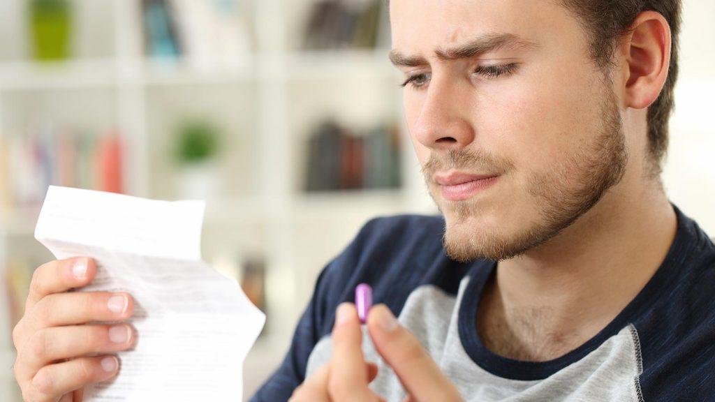 Hombre leyendo sobre alopurinol aurax