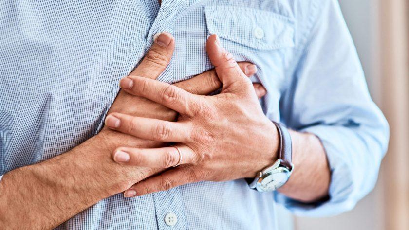 Hombre con arterias coronarias
