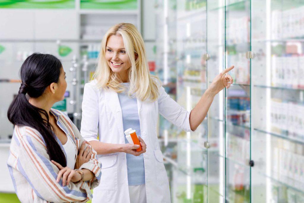 Mujer comprando medicamentos Aurax para acido urico