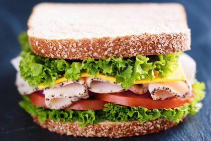sándwich de jamón con lechuga